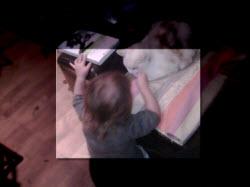 Une petite fille joue avec un chat